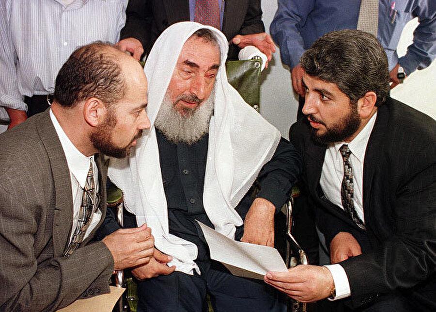 Hamas'ın önemli isimleri Hâlid Meşal (sağda) ve Musa Ebû Marzûk (solda), Ahmed Yasin'le birlikte...
