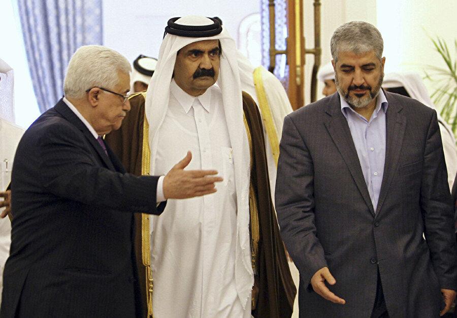 Dönemin Katar Emiri Hamad bin Temîm (ortada), Mahmud Abbas ve Hâlid Meşal'le (sağda), Doha'da...