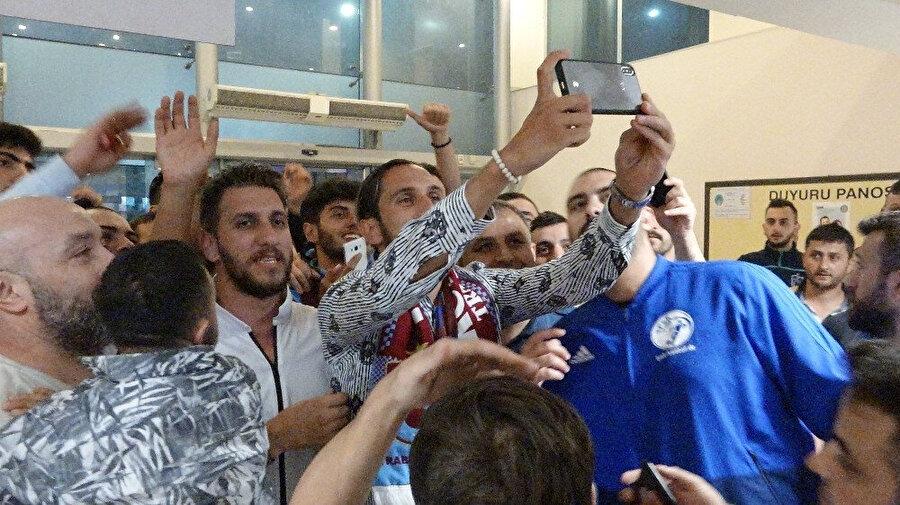 Yusuf Yazıcı Trabzonspor taraftarlarıyla fotoğraf çekiliyor.