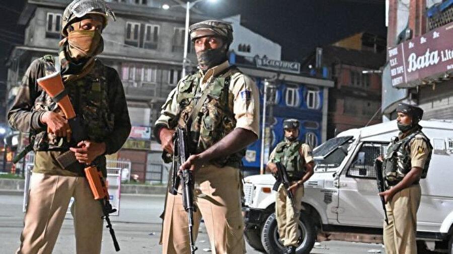 Hindistan,kendisine bağlı Camnu Keşmir bölgesine son günlerde on binlerce asker sevk etti.