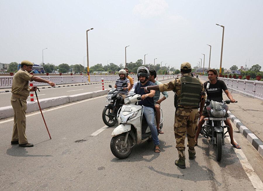 Cammu Keşmir'de bir güvenlik kontrol noktası.