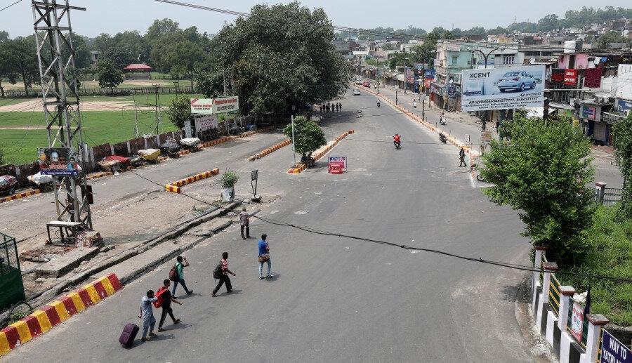 Sokağa çıkma yasağının uygulandığı Cammu Keşmir'in ıssız sokaklarında dolaşan Hint vatandaşları.