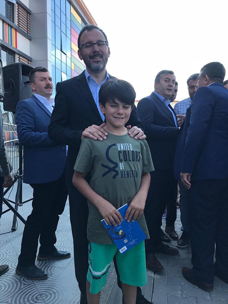 Gençlik ve Spor Bakanı Mehmet Muharrem Kasapoğlu, Efe Yalçınkaya ile görünüyor.