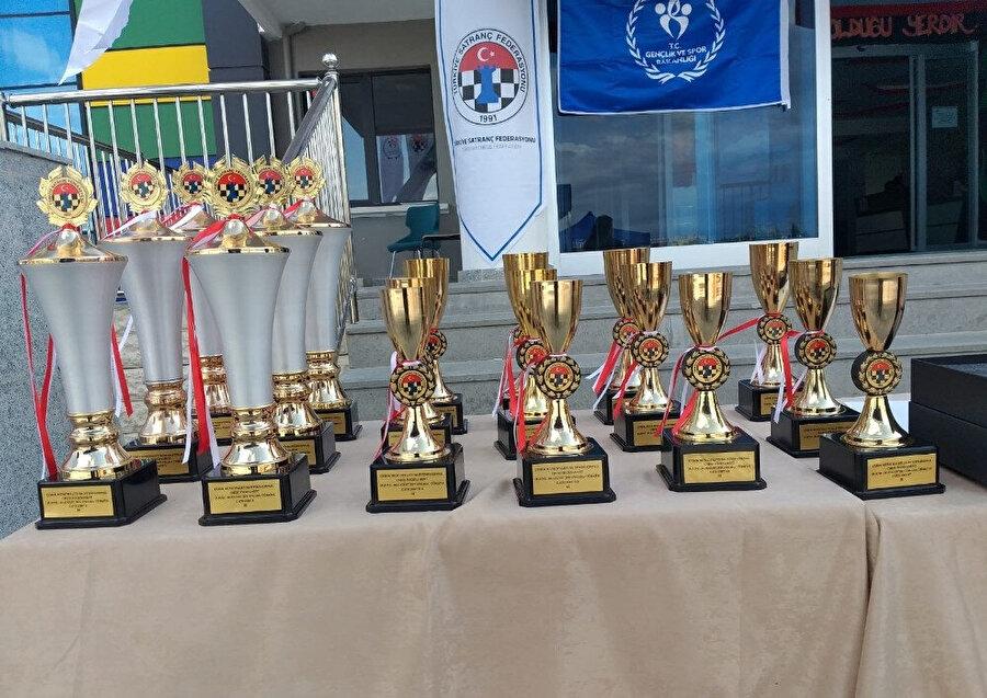 Turnuvada dağıtılan kupalar böyle görüntülendi.