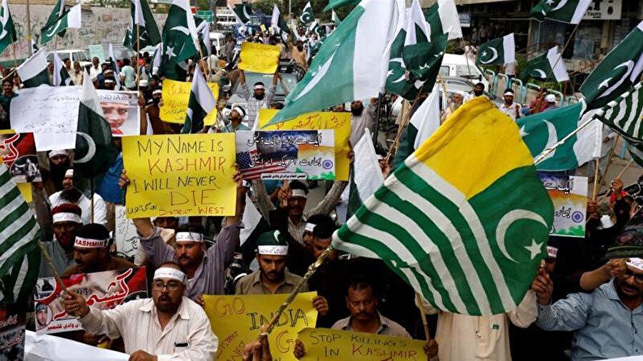Pakistanlılar, Keşmir halkıyla dayanışma içinde olduklarını göstermek için Karaçi'de gösteri düzenledi.