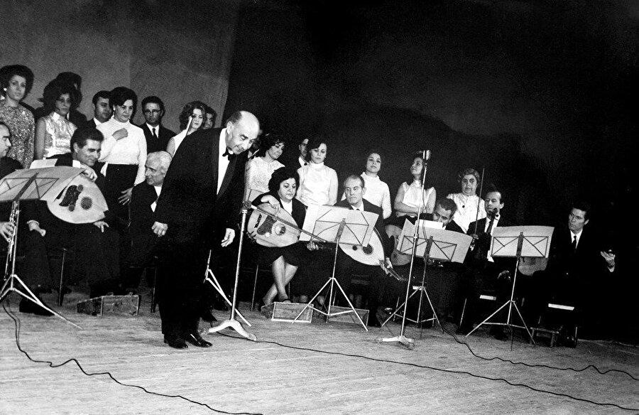 Emin Ongan yönetiminde Üsküdar Mûsiki Cemiyeti Korosu bir konser esnasında