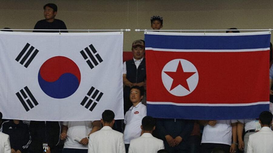 Güney Kore (soldaki) ve Kuzey Kore (sağdaki) ülke bayrakları