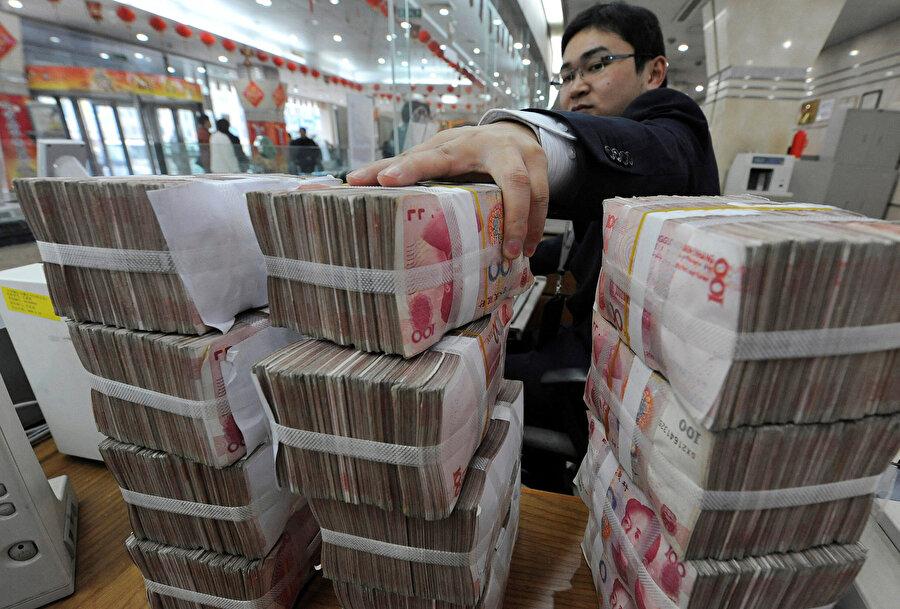 Yuan banknotları sayım sırasında görünüyor.