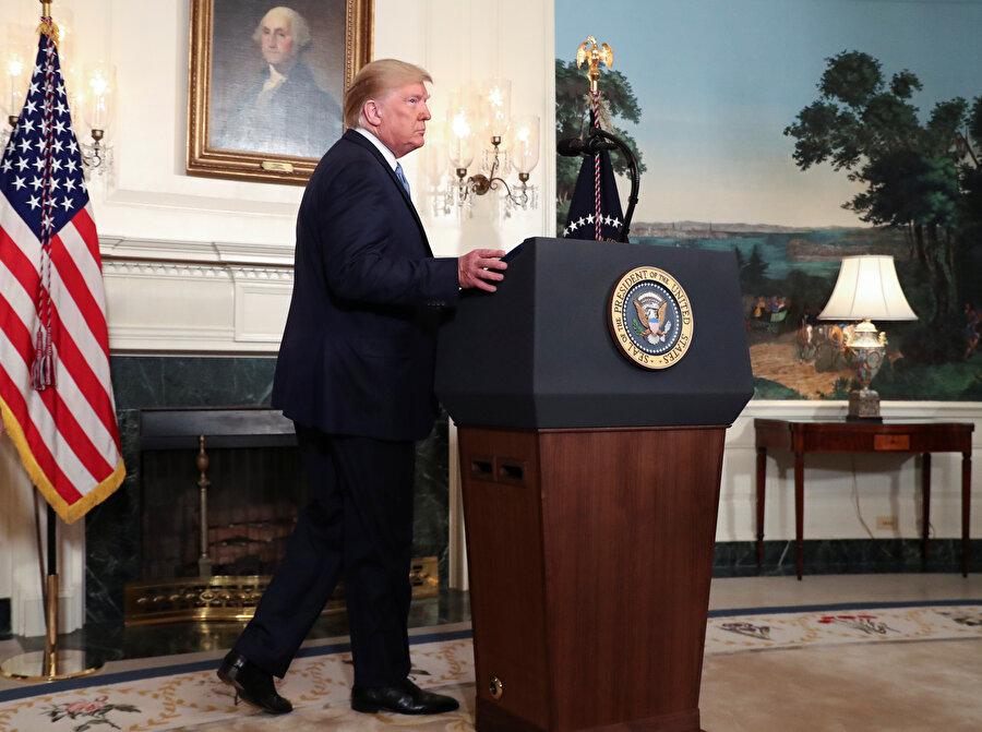 ABD Başkanı Donald Trump konuşma yapmak için kürsüye çıkarken görünüyor.