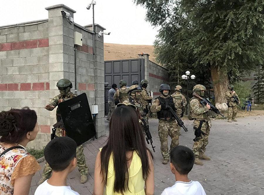 Kırgız özel kuvvetleri, Eski Cumhurbaşkanı Atambayev'in başkent Bişkek'e 20 kilometre mesafede bulunan bir köyde bulunan evinin önünde nöbet tutuyor.