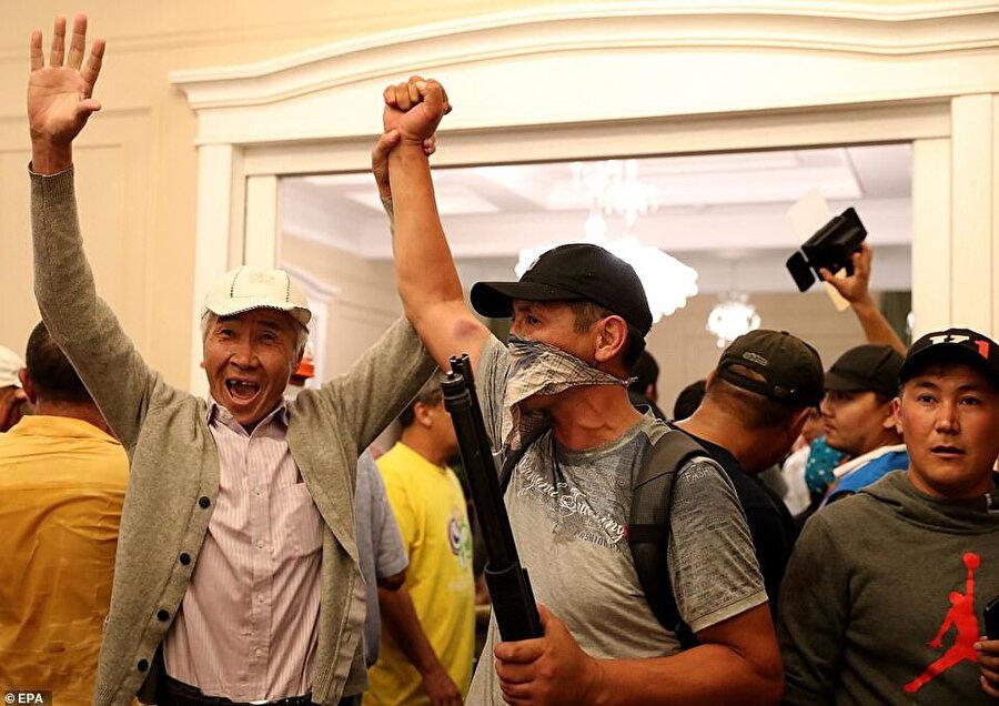 6 güvenlik görevlisini rehin alan Atambayev taraftarları zafer kutlaması yapıyor.