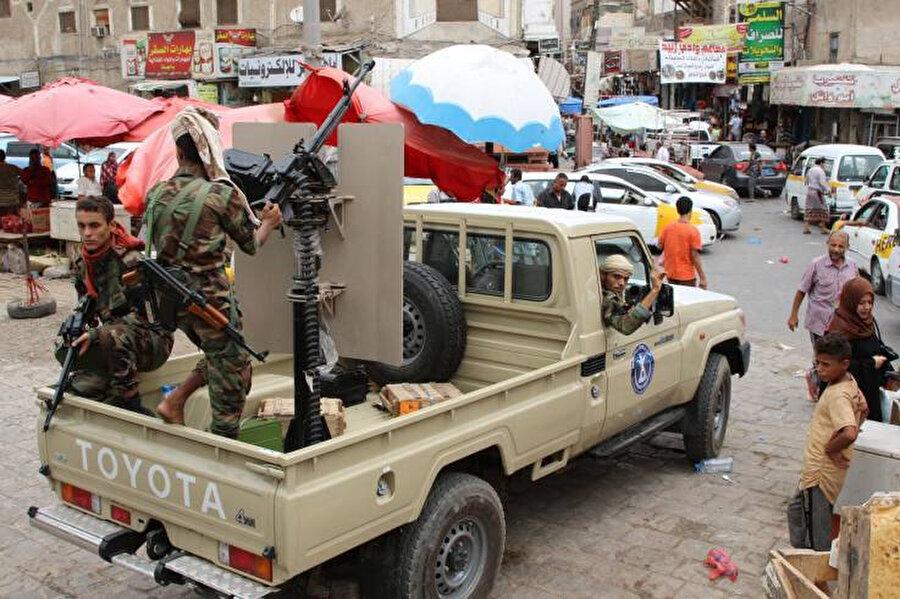 Yemen'in güneyini bölmek amacıyla 2017 yılında BAE himayesinde kurulan Güney Geçiş Konseyine bağlı savaşçılar Aden'de bir pazar yerinde.
