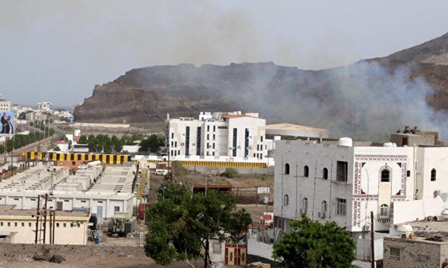 Geçici başkent Aden'de çatışmalar, Cumhurbaşkanlığı Sarayı çevresinde yoğunlaştı.