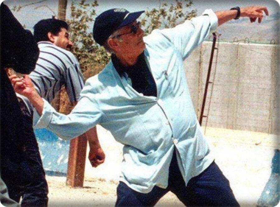2000 yılında Edward Said, İsrail'e taş atarken.