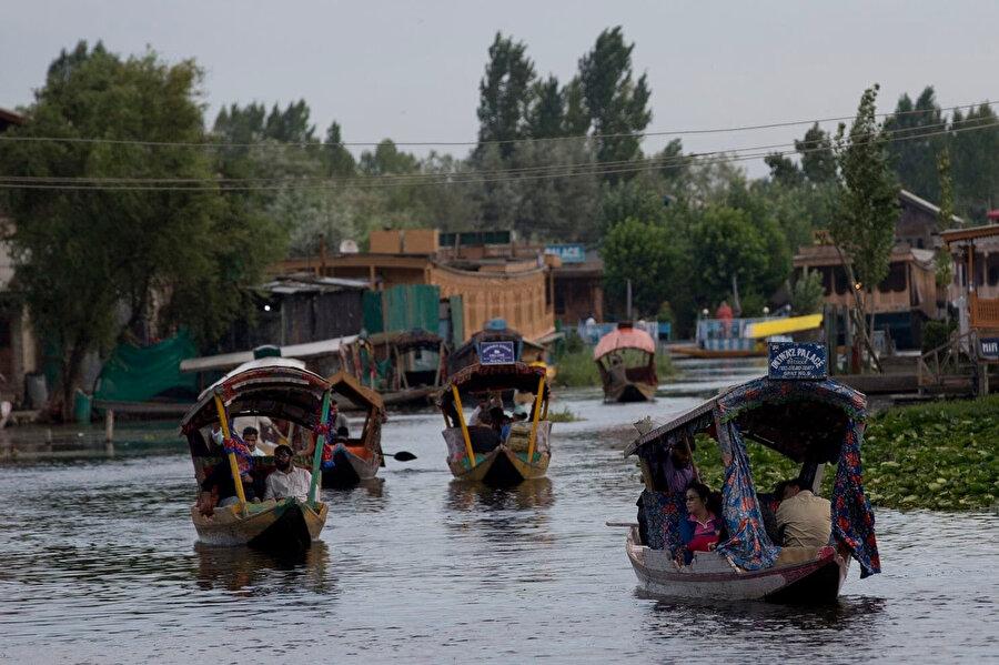 Keşmir'de bulunan turist ve öğrencilerden bölgeden ayrılmaları istendi.