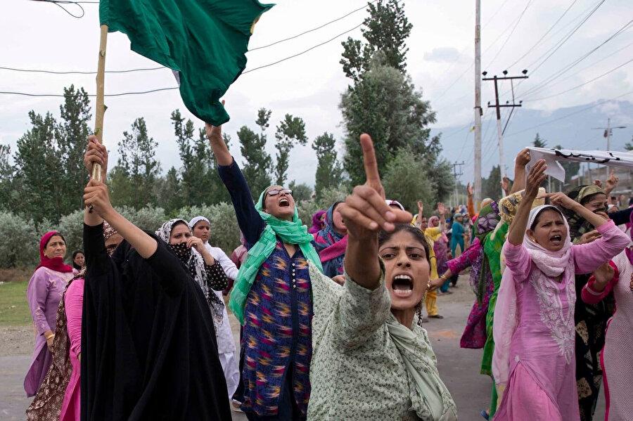 Cammu Keşmir'in özel statüsünün kaldırılması kararını protesto eden Keşmirli kadınlar.