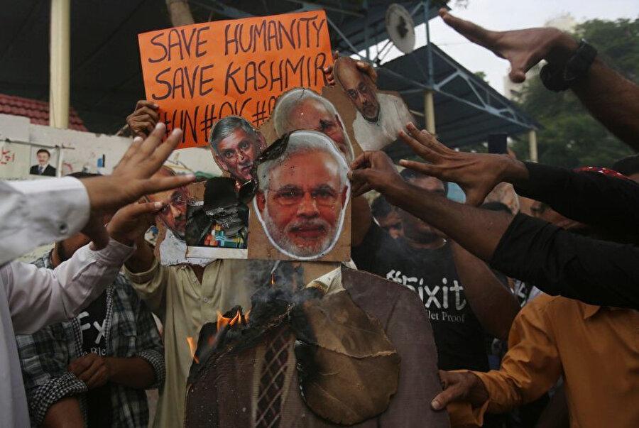 Hindistan'ın Keşmir kararı Pakistan'da protesto edilirken, Pakistan hükümeti de Hindistan- Pakistan arasındaki diplomatik ilişkileri alt seviyeye indirdi.