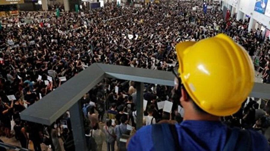 Protestocular havalimanını işgal etti.