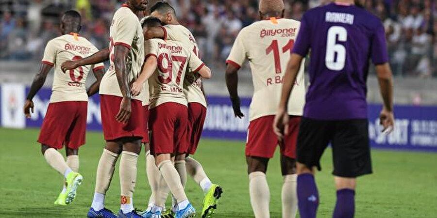 Emre Mor'un Fiorentina'ya attığı golün ardından takım arkadaşları onu tebrik ediyor