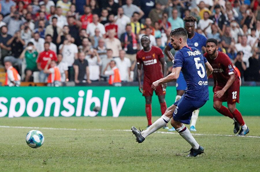 Jorginho beraberliği getiren penaltı vuruşunu yapmadan hemen önce.