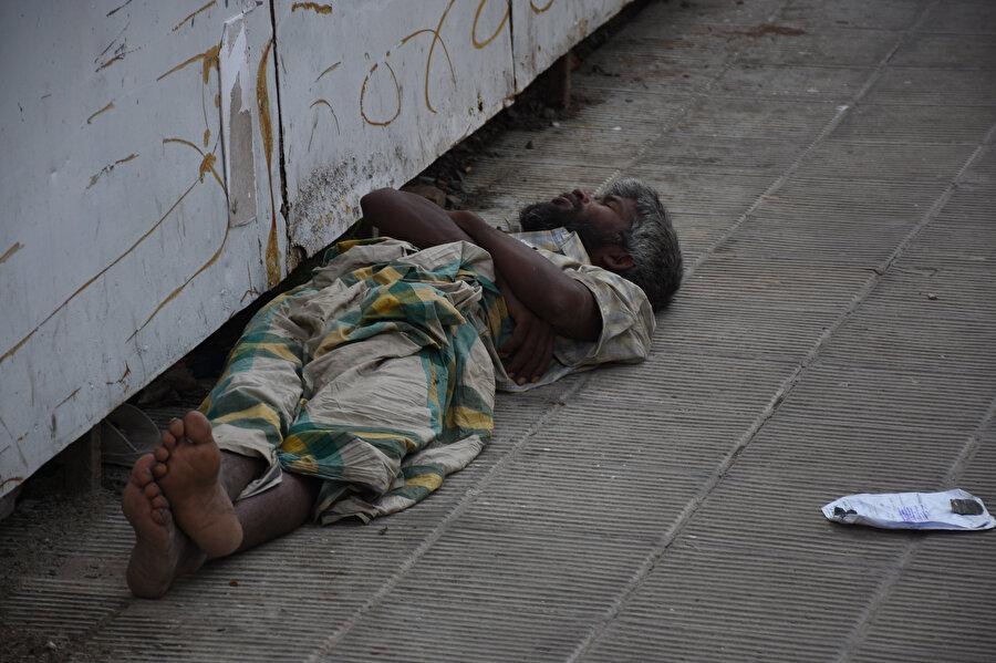 Myanmar'daki katliamlardan kaçan Arakanlı mültecilerin sığındığı Bangladeş'in Cox's Bazar kentinde kampların içerisinde büyük bir insani trajedi yaşanıyor.