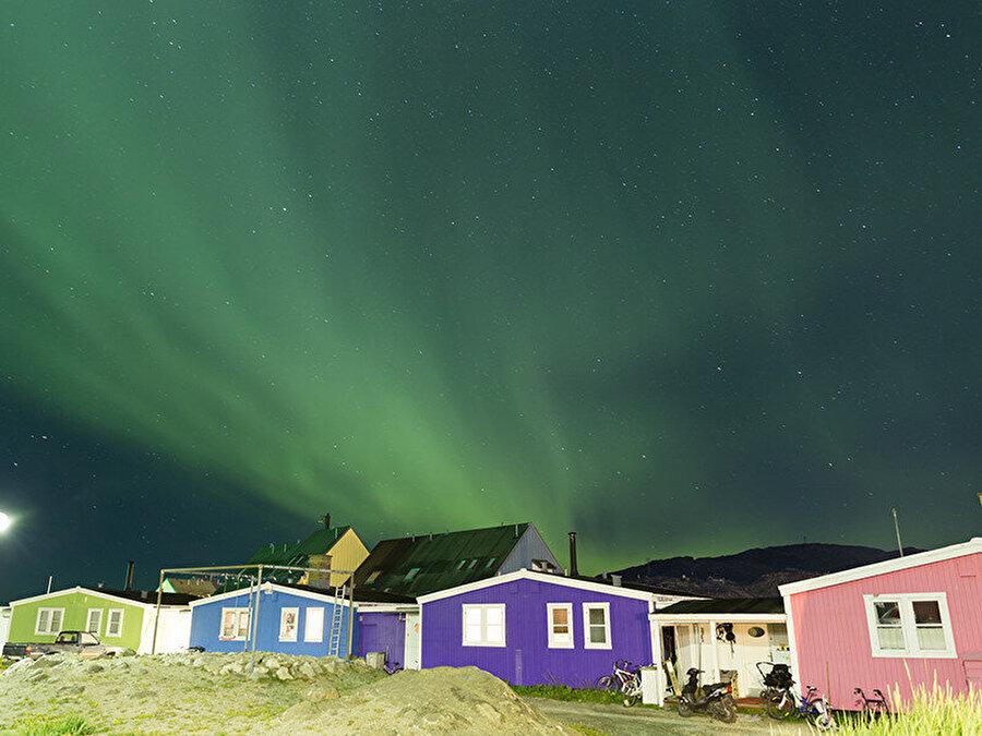 Grönland'ın orta batısında ve başkent Nuuk'un kuzeyinde yer alan Sisimiut, Davis Boğazı'nın kıyısında konumlanmış bir yer. Sonbaharın başında Kuzey Işıkları'nın yeşil ışığı tüm Grönland'ı ve özellikle Sisimiut'u tüm ihtişamıyla aydınlatmaya başlıyor.