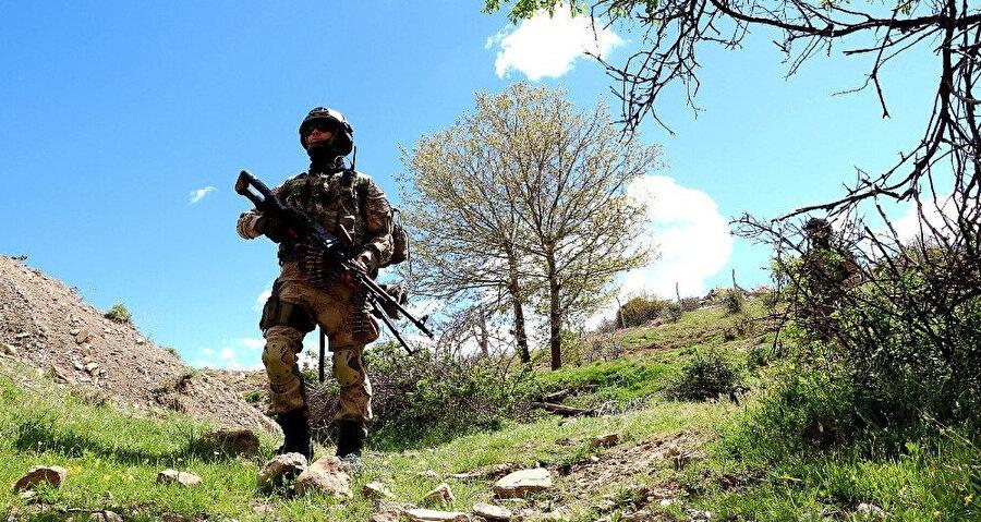 Türk askerleri bölgede girilmedik yer bırakmıyor.