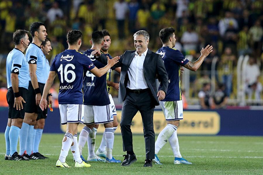 Ersun Yanal, Gazişehir galibiyetinin ardından oyuncularını kutluyor.
