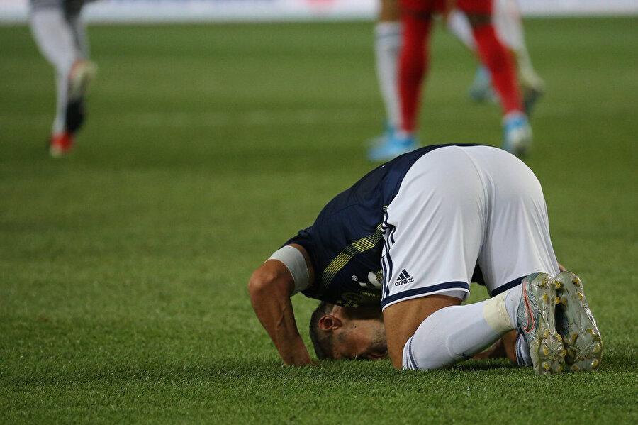 Emre Belözoğlu attığı golün ardından secdeye gidiyor.