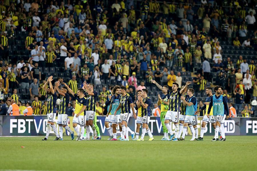 Sarı lacivertli futbolcular maç sonunda tribünlere gidiyor.