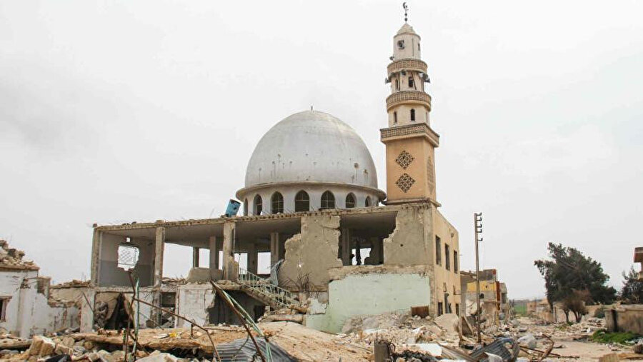 Hama'da rejim uçaklarının hedefi olan bir cami.