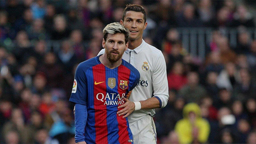 Cristiano Ronaldo, El Clasico'da ezeli rakibi Lionel Messi'yi marke ediyor.