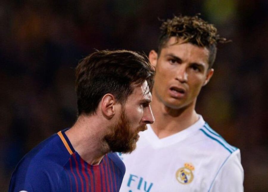 Cristiano Ronaldo, Messi'ye bakıyor...