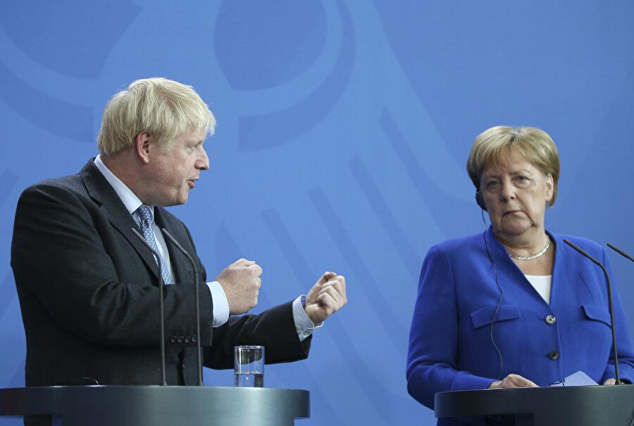 Boris Johnson saldırgan tavırlarıyla da dikkati çekti.