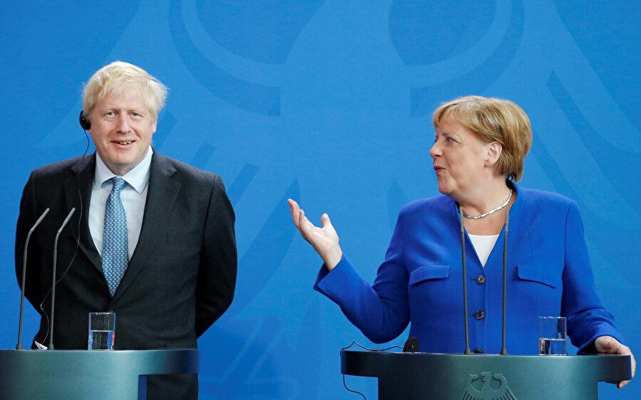 Angela Merkel, Johnson'ın tavırlarından rahatsız görünüyordu ve elinin konumu tepkisini ortaya koydu.
