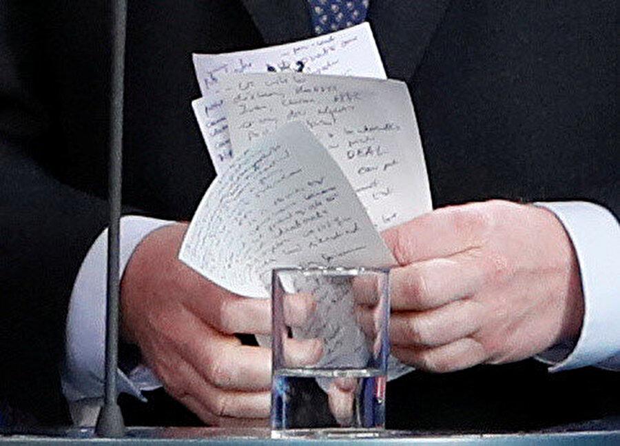 Johnson'ın elindeki notlar da dikkati çeken bir diğer ayrıntıydı. -REUTERS