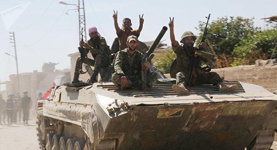 Suriye ordusuna bağlı askerler.