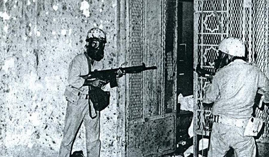 1979 yılında gerçekleşen Kâbe baskını sırasında Kâbe'ye ulaşan yer altı geçitlerinde, harekata katılan Suudi Arabistan askerleri.