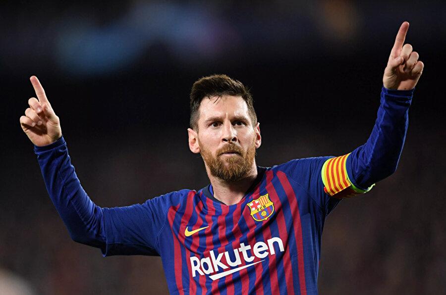 Lionel Messi attığı golün ardından tribünleri selamlıyor.