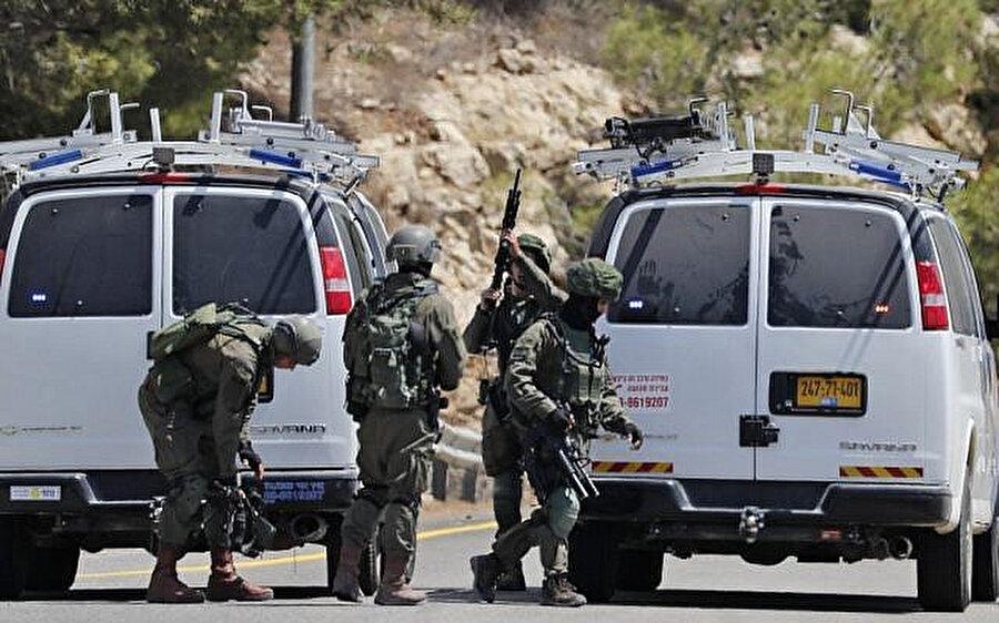 Patlamanın gerçekleştiği Dolev Yahudi yerleşim birimi yakınlarında yolları kapatan İsrail askerleri.