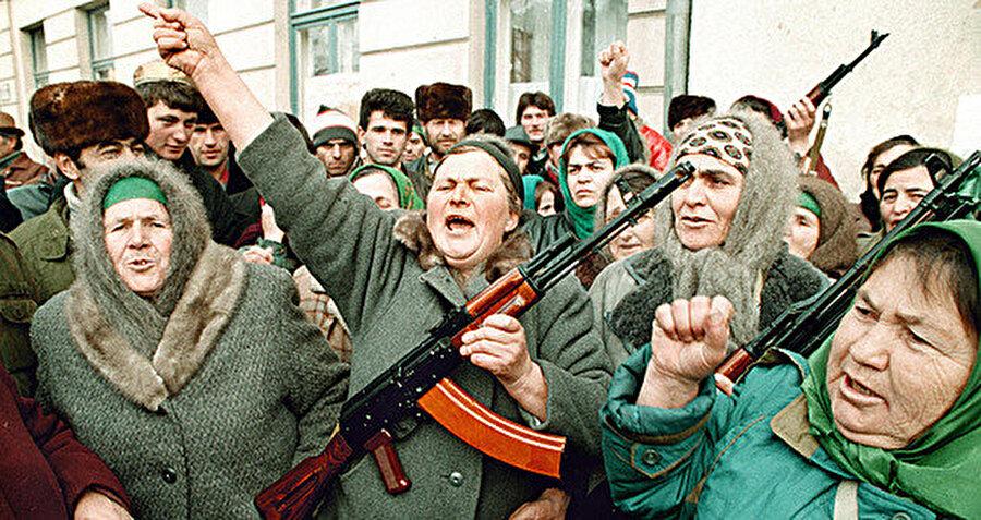 Rus işgalini protesto eden Çeçen kadınlar.