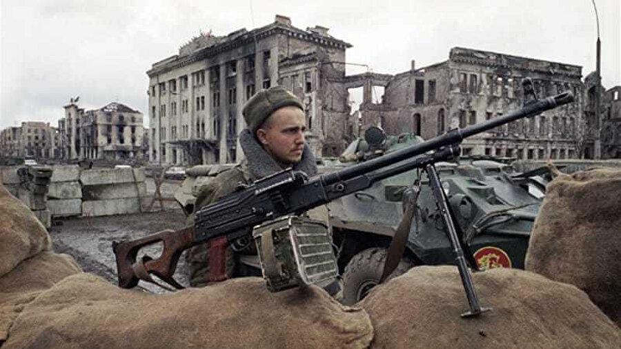 Rus birlikleri, Çeçenya'nın bağımsızlık taleplerini bastırmak için Aralık 1994'te bölgeyi işgal etti.