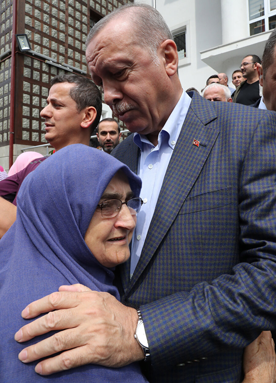 Cumhurbaşkanı Erdoğan, vatandaşlarla kucaklaştı -AA