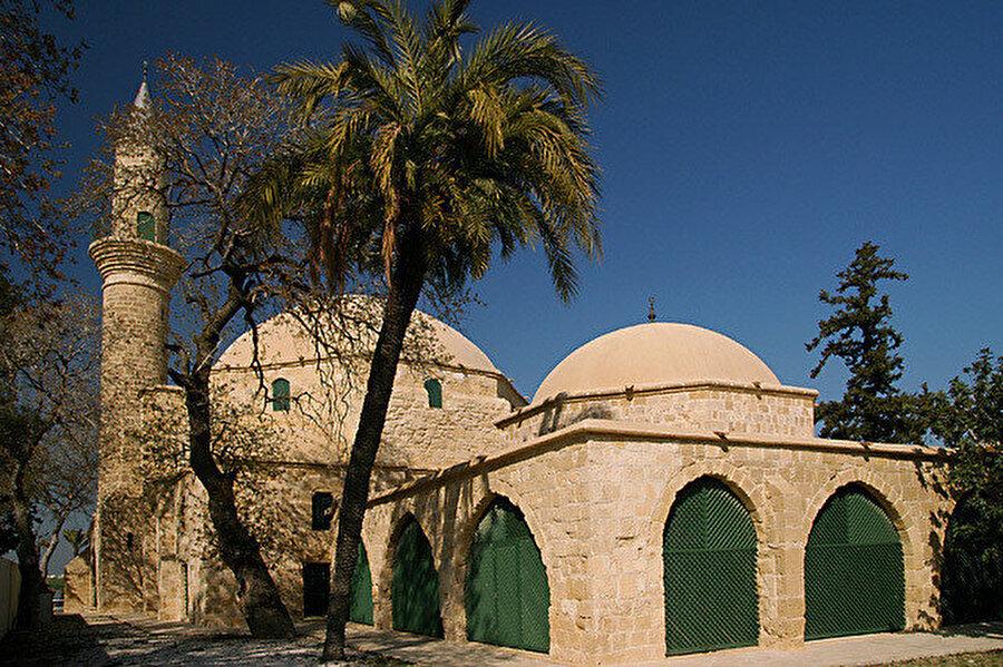 Hala Sultan'ın türbesi, Hala Sultan caminin hemen arka tarafında bulunmaktadır.