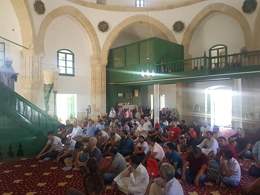 Hala Sultan Caminin içi. Caminin bir imamı bulunmasına rağmen ezan okunması yasaktır.
