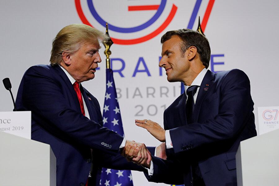 Fransa Cumhurbaşkanı Emmanuel Macron ve ABD Başkanı Donald Trump basın toplantısında görünüyor.