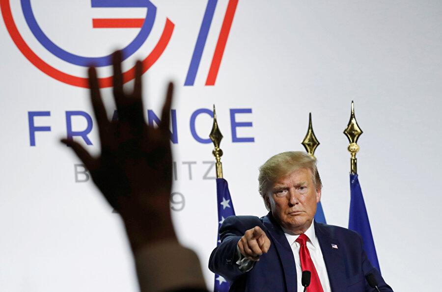 Donald Trump toplantı sırasında görünüyor.