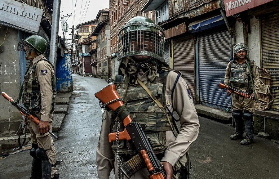 Hukukun hiçe sayıldığı Keşmir'de sıkıyönetim uygulanıyor.