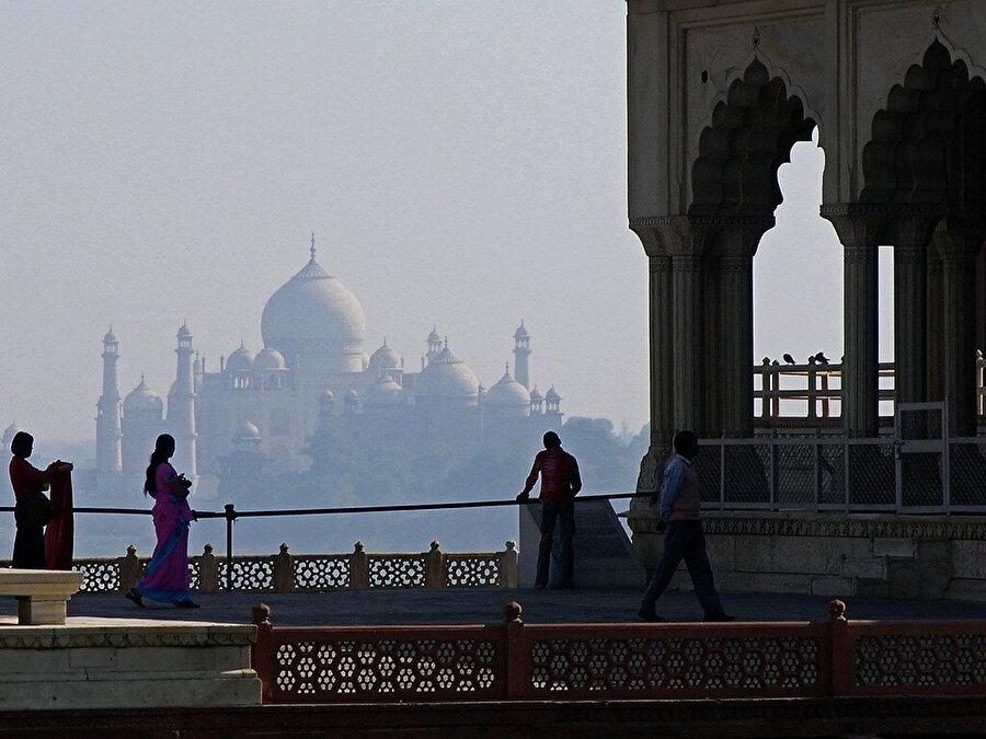 Agra kalesinin Tac Mahal manzarası.