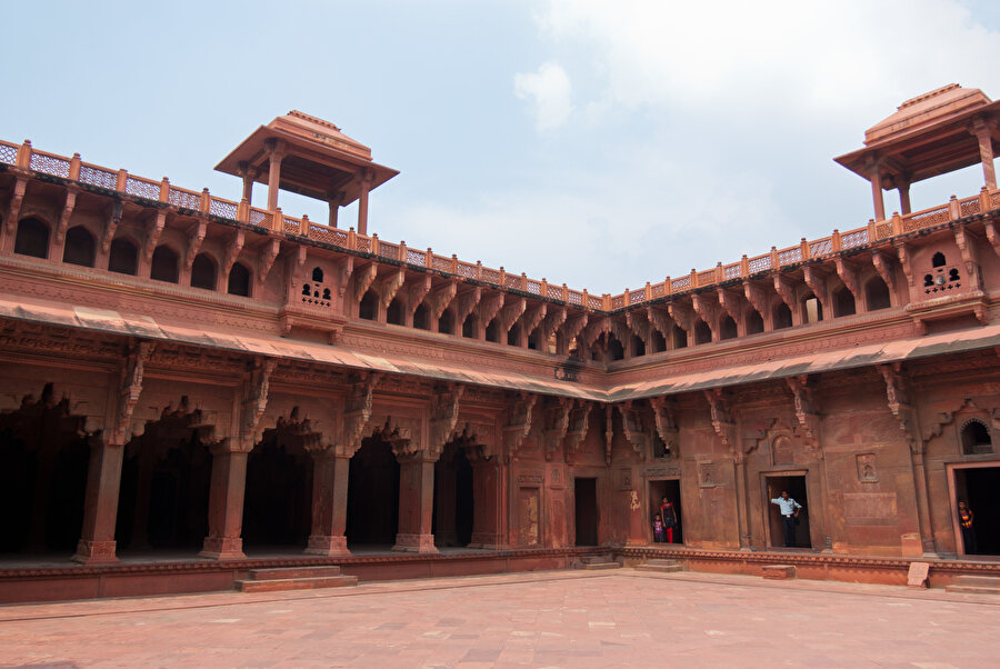 Agra kalesinin içinde Ekber Şah tarafından inşa edilen Cihangir Mahali.